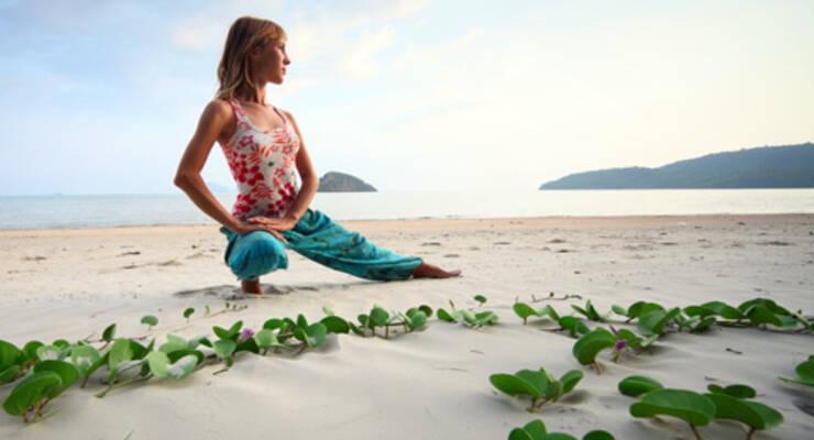 Фото к статье: Алена Мордовина о чакрах, принципах йоги и пранаямах на берегу океана
