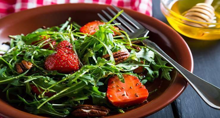 Фото к статье: Лучшие салаты из клубники: рецепты от шеф-поваров. Часть 1