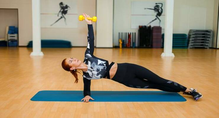 Фото к статье: Лучшие упражнения для пресса с гантелями