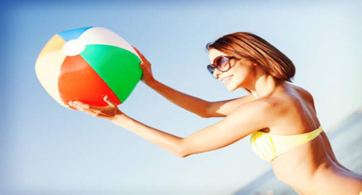 Фото к статье: Пляжная тренировка для женщин: силовые упражнения с мячом (ФОТО)