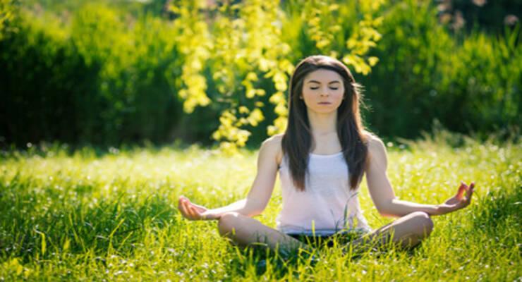 Фото к статье: Чем отличается практика йоги зимой и летом