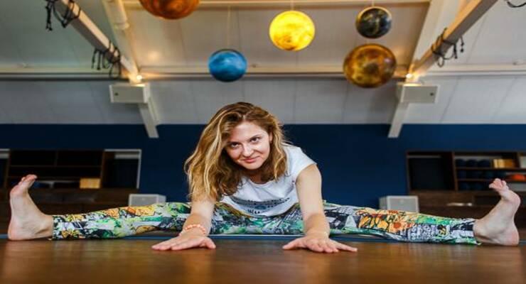 Фото к статье: 5 асан йоги, где ремень пригодится даже опытному практику