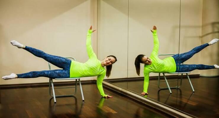 Фото к статье: Прокачайся дома: 8 эффективных упражнений со стулом