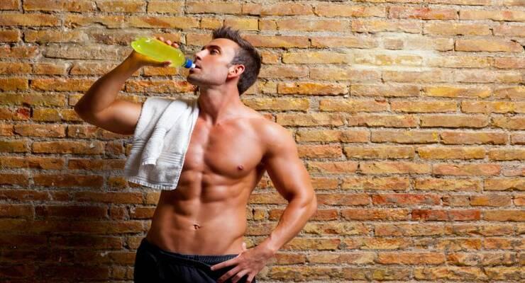 Фото к статье: Можно ли пить энергетик перед тренировкой?