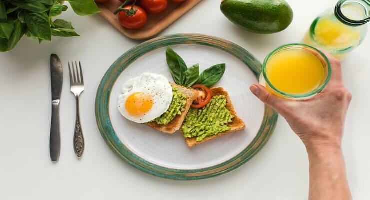 Фото к статье: Как приготовить полезный завтрак с авокадо