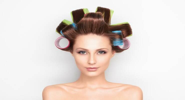 Фото к статье: Закрученный сюжет: как правильно уложить волосы на бигуди