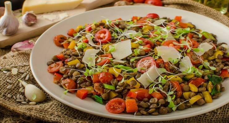 Фото к статье: Теплый салат с чечевицей