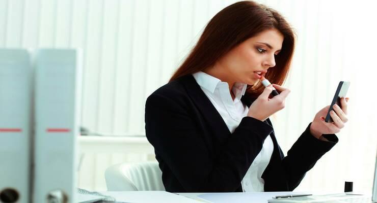 Фото к статье: Набор косметики: что нужно держать на рабочем месте?