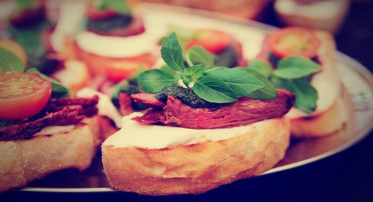 Фото к статье: Кростини с карпаччо из говядины