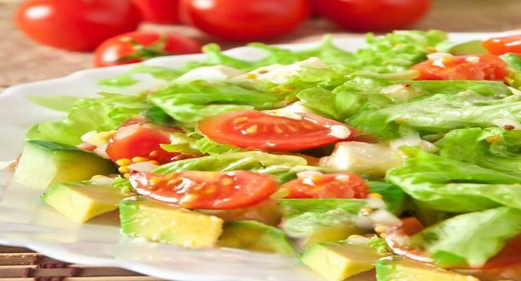 Фото к статье: Хрустящий салат с чечевицей и авокадо