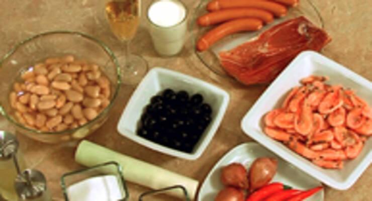 Фото к статье: Сосиски в хамоне, суп из белой фасоли, креветки с маслинами
