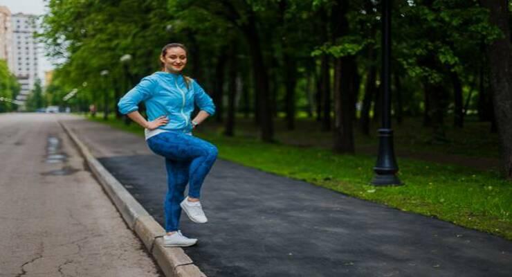 Фото к статье: Степ-аэробика: тренировка в парке на бордюре