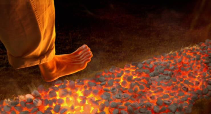 Фото к статье: Древние практики: хождение по углям, стеклу и сон на гвоздях