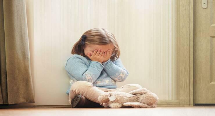 Фото к статье: Что делать, если  захлопнулась дверь и ребенок один дома