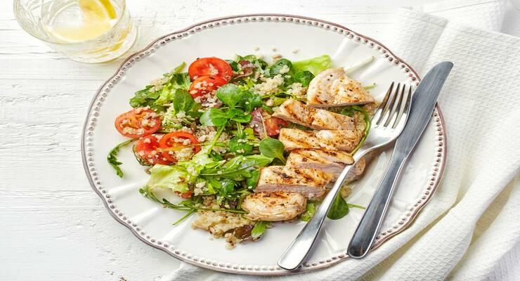 Фото к статье: Салат с томатами, курицей и киноа