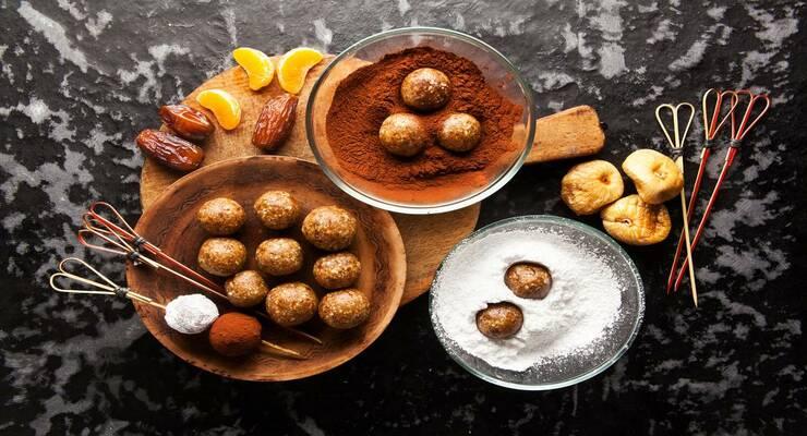 Фото к статье: Шарики из фиников и орехов