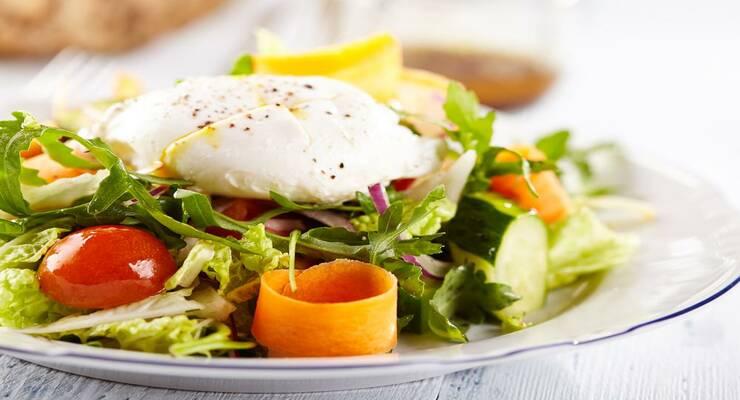 Фото к статье: Теплый салат с чечевицей и яйцом-пашот