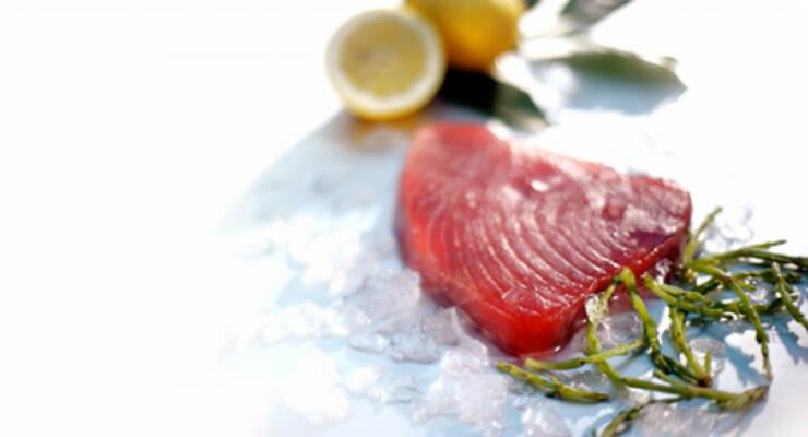 Фото к статье: «Хорошая еда». Тунец в кунжуте и салат нисуаз
