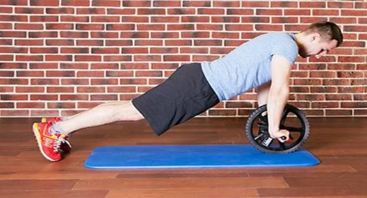Фото к статье: Тренировка для пресса с гимнастическим роликом