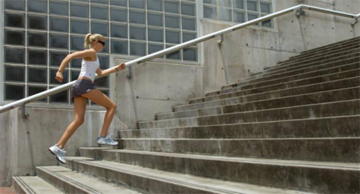 Фото к статье: Street workout: как превратить обычную лестницу в тренажер?
