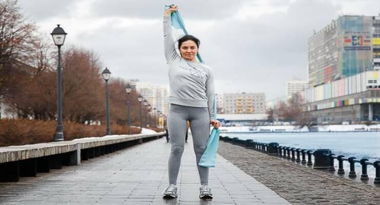 Фото к статье: На прогулке: 6 упражнений с эспандером для рук, пресса и спины (ФОТО)