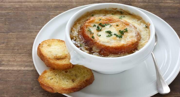 Фото к статье: Пикантный луковый суп с гренками