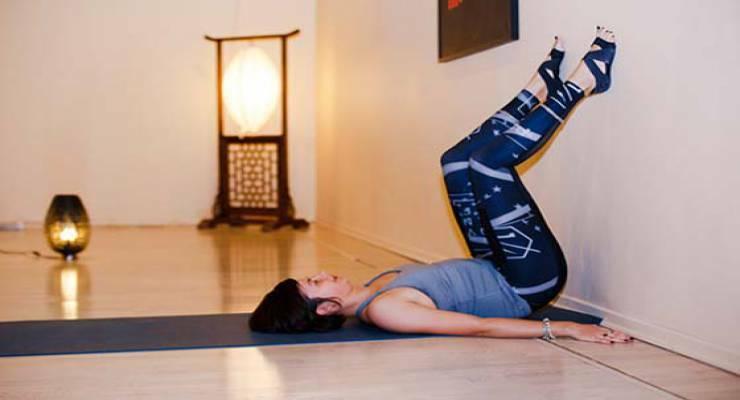 Фото к статье: 7 асан йоги, которые лучше осваивать у стены