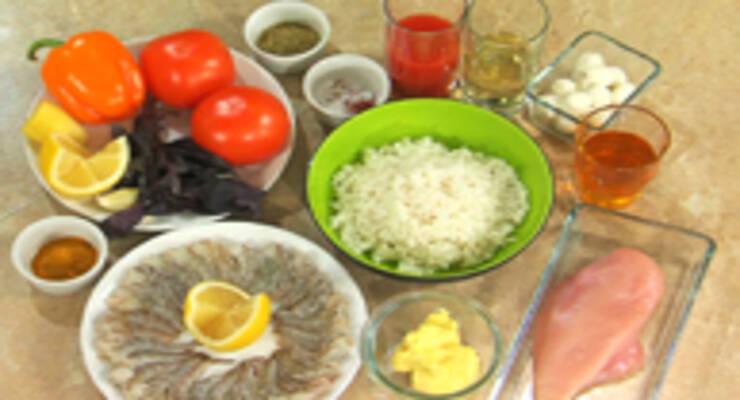 Фото к статье: Тигровые креветки, рис с шафраном и курицей, помидоры с мини-моцареллой