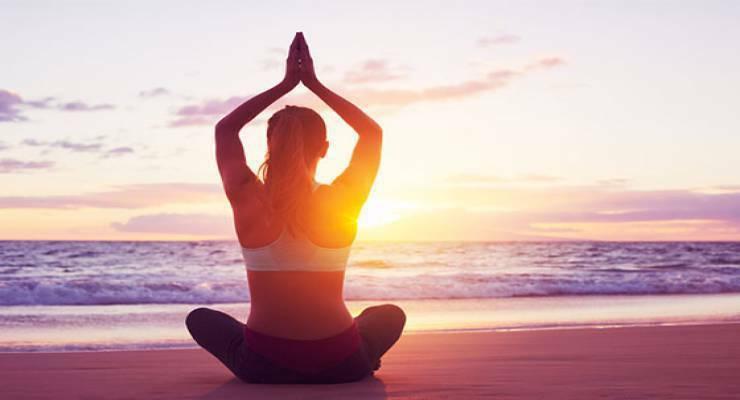 Фото к статье: В парке, на пляже, в горах: особенности практики йоги на разных поверхностях