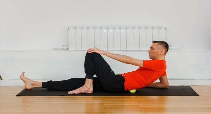 Фото к статье: Самомассаж с теннисным мячом: 6 приемов против стресса
