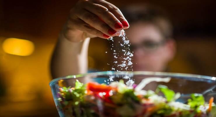 Фото к статье: 4 признака того, что вы едите слишком много соли