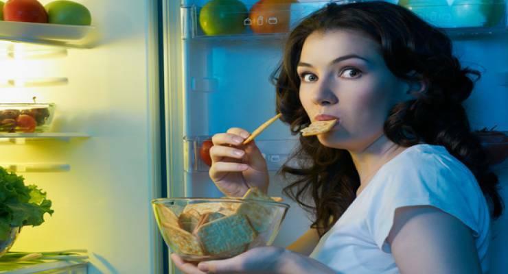 Фото к статье: «Ночной дожор»: почему вам хочется есть ночью и что с этим делать