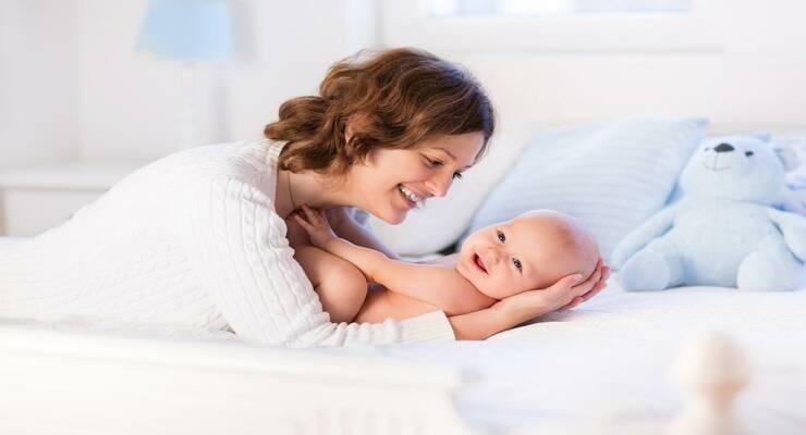 Фото к статье: Естественное вскармливание и прикосновения делают малыша счастливым