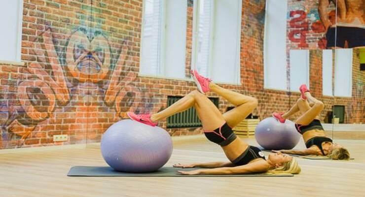 Фото к статье: Лучшие упражнения с фитболом для идеальных ягодиц