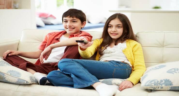 Фото к статье: Полные дети активнее реагируют на рекламу продуктов питания