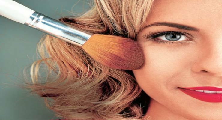 Фото к статье: Как спасти макияж и прическу: секреты стилистов