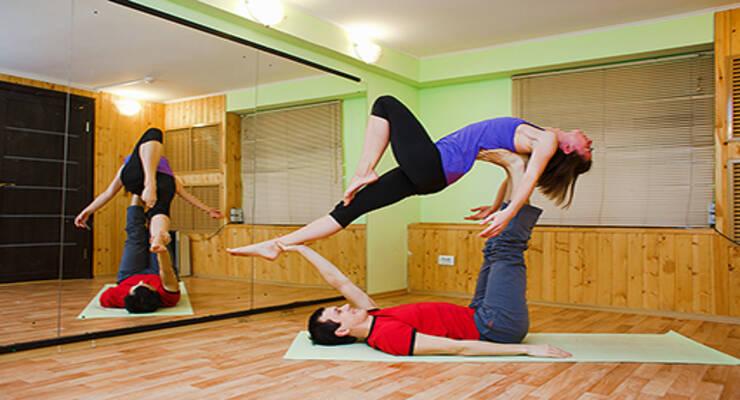 Фото к статье: Для двоих: простые асаны акройоги