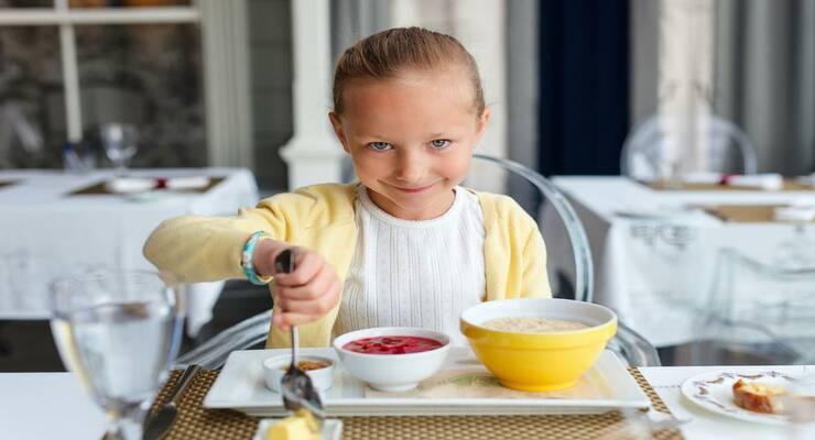 Фото к статье: Три простых способа научить ребенка вести себя за столом