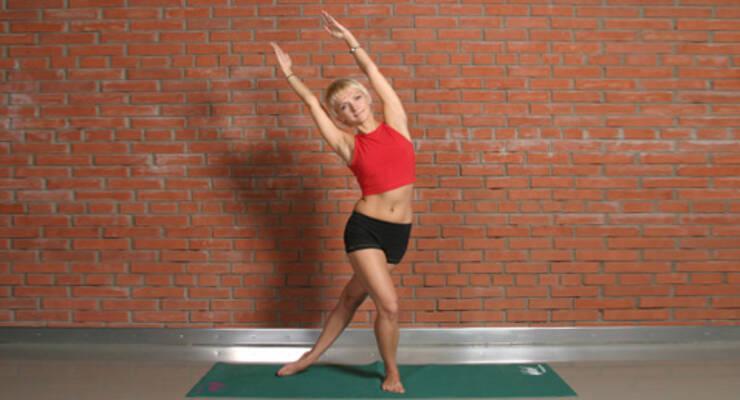 Фото к статье: Алена Мордовина показывает упражнения для упругости ног