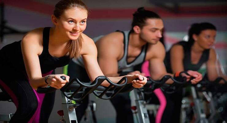 Фото к статье: Кардио для жиросжигания: как выстроить занятие на велотренажере, степпере и эллипсе