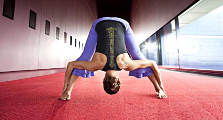 Фото к статье: Оздоровительные туры «ЖИВИ!». Инна Видгоф о гибком позвоночнике и йоге для начинающих