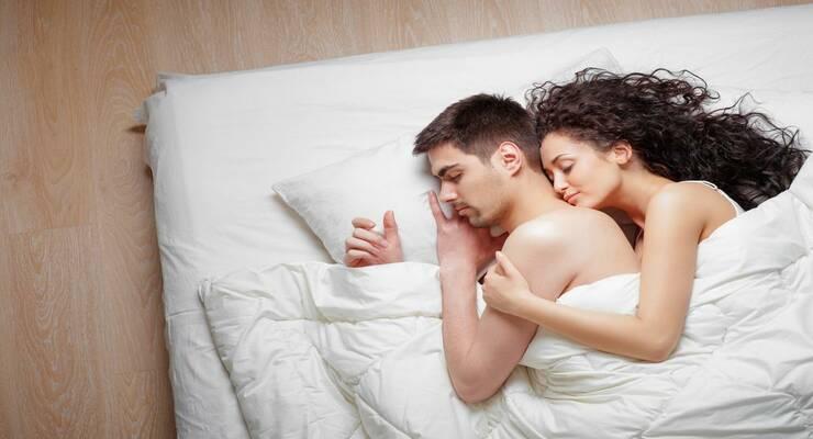 Фото к статье: Ночь нежна: что расскажет об отношениях поза во время  сна