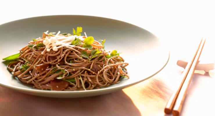 Фото к статье: «Хорошая еда». Рецепты китайской кухни. Вок: гречневая лапша с овощами и салат